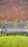 Bank in ummauertem Garten Lizenzfreie Stockfotos
