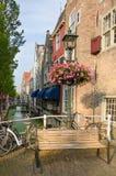 Bank und alte Lampe mit Blumen in Delft-Marktplatz Lizenzfreie Stockfotos