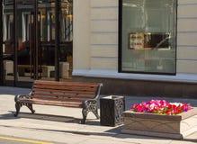 Bank und Blumen Lizenzfreies Stockfoto