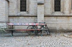 Bank und Fahrräder Stockbilder