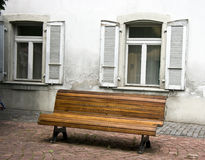 Bank und Fenster Stockfoto