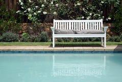 Bank und Pool Stockfotos