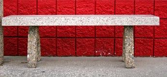 Bank und roter Ziegelstein Stockfotografie