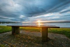 Bank und Sonnenaufgang Lizenzfreie Stockfotografie