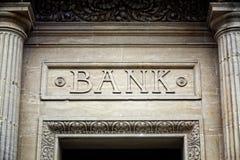 Bank undertecknar på byggnad Royaltyfri Foto