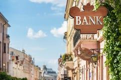 Bank undertecknar på byggnad Royaltyfri Bild