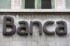 Bank undertecknar på facaden av en italienare packar ihop Arkivfoton