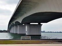 Bank unter Brücke Lizenzfreies Stockfoto