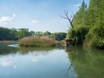 Bank van de rivier van Donau met woonboot en bezinningen Royalty-vrije Stock Afbeelding