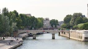 Bank van de zegen dichtbij de kathedraal in Parijs, Frankrijk stock footage
