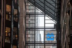 Bank van het embleem van Montreal, als BMO wordt, door glazen van bureaus wordt gezien bekend dat royalty-vrije stock fotografie