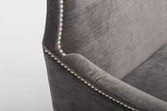 Bank van het zetels de comfortabele leer, 2 seater moderne bank in lichtgrijze stof, 2-Seat Bank, de Bank van het Veerkussen, - B stock afbeelding