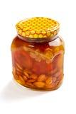 Bank van honing met de gekonfijte vrucht en de noten Stock Afbeeldingen