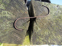 Bank van houten die logboeken wordt worden vastgemaakt gemaakt die samen met Stock Foto