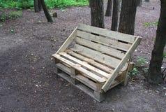 Bank van houten pallets wordt gemaakt die Royalty-vrije Stock Fotografie
