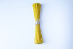 Bank von trockenen Spaghettiteigwaren am weißen Hintergrund Stockfotografie