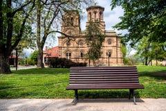 Bank vor einer Kirche Stockfotografie