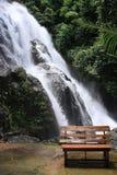 Bank am Wasserfall Stockfoto