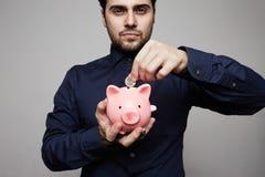 banka monety mężczyzna prosiątka kładzenie monet pojęcia ręk pieniądze stosu chronienia oszczędzanie Zakończenie fotografia stock