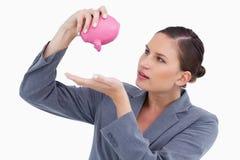 Bankangestellte, der piggy Querneigung leert stockbild