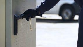 Bankanställd som öppnar ATM som är säker med tangenter att ladda lagring med kassa, säkerhet arkivfoto