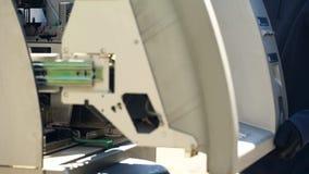 Bankanställd som öppnar säker ATM och att kontrollera sammanbrottet, kassa-i-transport service royaltyfri bild