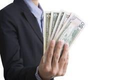 Bankanställda räcker hållande pengar oss dollaren & x28; USD& x29; räkningar Arkivfoton