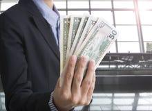 Bankanställda räcker hållande pengar oss dollaren & x28; USD& x29; räkningar Fotografering för Bildbyråer