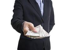 Bankanställda räcker hållande pengar oss dollaren & x28; USD& x29; räkningar Royaltyfri Foto