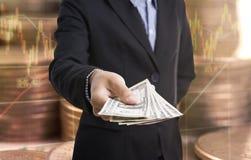 Bankanställda räcker hållande pengar oss dollaren & x28; USD& x29; räkningfinans Royaltyfria Foton
