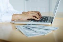 Bankanställda räknar sedlar som mottas eller betalas till egenn Royaltyfri Bild