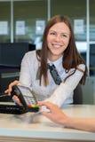 Bankarbetarerbjudande som betalar vid kreditkorten Royaltyfria Foton