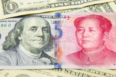 bankbiljet, dollar en yuans conpetitionconcept van het economieschaak het vele bankbiljet Stapel van diverse munten Close-up van  Stock Foto's