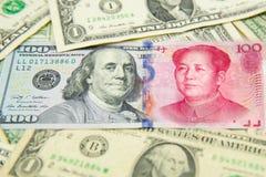 bankbiljet, dollar en yuans conpetitionconcept van het economieschaak het vele bankbiljet Stapel van diverse munten Close-up van  Royalty-vrije Stock Foto's