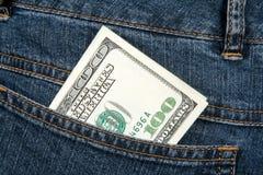 Bankbiljet in heup-zak van jeans stock afbeelding