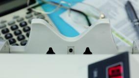Bankbiljet tegen, dollars en spaties witte vorm stock video