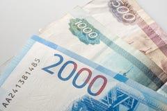 Bankbiljet van twee duizend roebels en oude bankbiljetten Russische Federa stock foto's