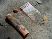 Bankbiljet in zand Royalty-vrije Stock Foto