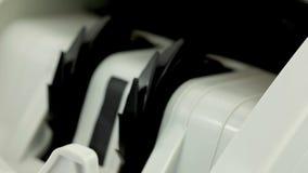 Bankbiljetteller stock footage