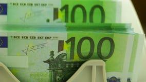 Bankbiljetteller en Stapel van 100 Euro stock videobeelden