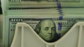 Bankbiljetteller en Stapel van 100 USD stock footage