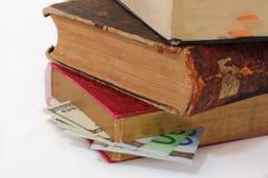 Bankbiljetten in boeken Stock Foto