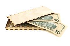 Bankbiljetten in een houten doos Stock Afbeeldingen