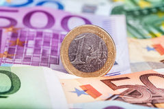 Bankbiljetten en euro muntstukken Stock Afbeelding