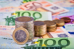Bankbiljetten en euro muntstukken Royalty-vrije Stock Afbeeldingen