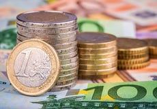 Bankbiljetten en euro muntstukken Stock Foto