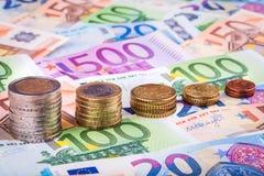 Bankbiljetten en euro muntstukken Royalty-vrije Stock Afbeelding