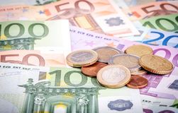 Bankbiljetten en euro muntstukken Royalty-vrije Stock Fotografie