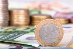 Bankbiljetten en euro muntstukken Stock Fotografie