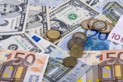 Bankbiljetten en euro muntstukken en dollar Royalty-vrije Stock Foto's